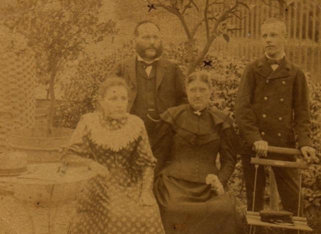 Famille Trevet, 1894 : mon arrière-arrière grand-mère Valentine est assise à gauche. Elle commença l'écriture de son carnet de poésie la même année.